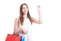 与放松在shoppi的年轻女性顾客的好主意概念 免版税库存图片