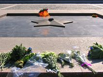 与放的花的永恒火在博物馆前面的正方形在Poklonnaya小山的胜利公园 免版税库存图片