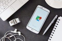 与放置在书桌的Google Maps应用的LG K10 库存图片
