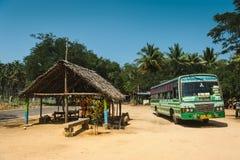 与政府运输的印地安城市间的公共汽车站在棕榈树马杜赖2月19日2018年,印度中的停车处 库存图片