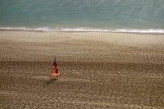 与救生员塔的空的海滩 免版税库存图片
