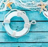 与救生圈和渔网的海装饰 库存图片