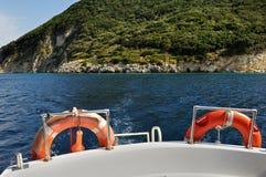 与救生圈的小船船尾 免版税图库摄影