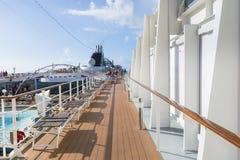 与救生艇和阳台的游轮边 免版税库存照片