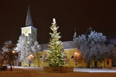 与教会和雪的美丽的夜冬天照片圣诞树 库存图片