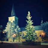 与教会和雪的美丽的夜冬天照片圣诞树 免版税库存图片