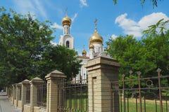 与教会圆顶的风景 春天 免版税图库摄影