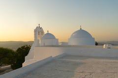 与教会圣徒坐在一座高山顶部的安东尼的希腊秀丽在帕罗斯岛海岛 免版税库存图片