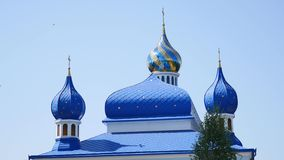 与教会墙壁的绿色蓝天的在背景 影视素材