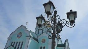 与教会墙壁的绿色蓝天的在背景 股票视频