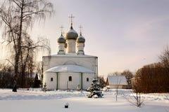 与教会的冬天风景 库存照片