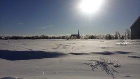 与教会的冰冷的树 免版税库存图片