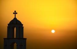 与教会的圣托里尼日落 库存照片