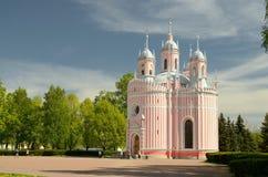 与教会的都市风景 免版税库存照片