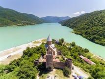 与教会的Ananuri城堡湖,乔治亚银行的  库存照片