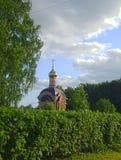 与教堂寺庙的一个夏天视图 免版税库存照片