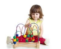 与教育玩具的俏丽的孩子 免版税图库摄影