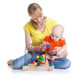 与教育玩具的孩子和母亲戏剧 免版税库存照片