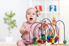与教育玩具的孩子戏剧 免版税库存图片