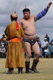 与教练的老鹰舞蹈在摔跤比赛前 免版税库存图片