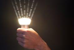 与散发数据和手的电灯泡的Lifi概念 免版税库存照片