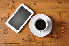 与数字式片剂的咖啡 免版税库存图片