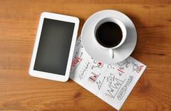 与数字式片剂的咖啡 免版税库存照片