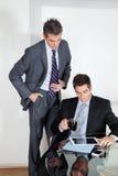 与数字式片剂的商人在一次会议与 图库摄影