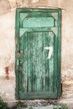 与数字的老绿色木门 库存图片