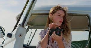 与数码相机4k的妇女照相 股票录像