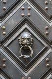 与敲圆环的葡萄酒金属狮子头shapped门把手 库存照片