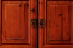 与敲门人的闭合的门 库存照片