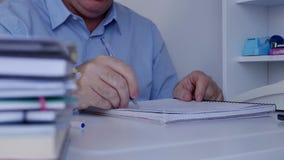 与文件的商人工作得出事务和财政图 影视素材