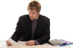 与文件的生意人在办公室 免版税库存照片