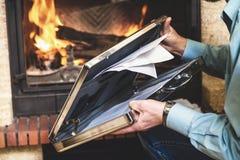 与文件的钢案件在商人和壁炉的手上 免版税图库摄影