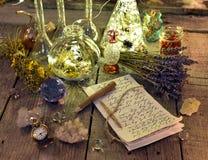 与文字、不可思议的瓶、水晶和淡紫色的巫婆原稿在板条开花 库存图片