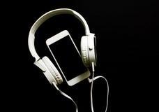 与文本地方的白色智能手机和耳机横幅模板 库存图片