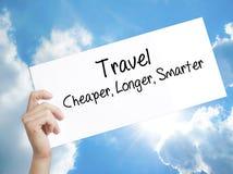 与文本旅行更加便宜更长更加聪明的纸 人手Holdin 库存照片
