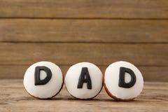 与文本爸爸的杯形蛋糕被安排的木板条的 免版税库存图片