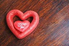 与文本的两重叠的心脏在木背景 免版税库存照片