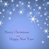 与文本的圣诞快乐蓝色背景 星,白色冬天雪花 轻的xmas卡片 庆祝新年好 免版税库存照片