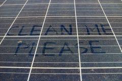 与文本的肮脏的多灰尘的太阳电池板请清洗我 免版税图库摄影