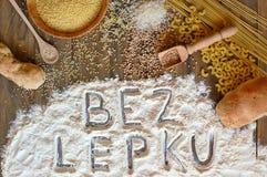 与文本面筋的面筋免费谷物玉米、米、荞麦、奎奴亚藜、小米、面团和面粉在棕色木的捷克语语言释放 库存照片