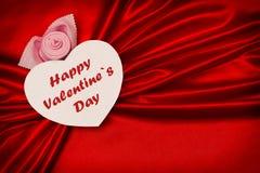 与文本,愉快的华伦泰` s天的白色心脏,在一块红色布料 WA 免版税库存照片