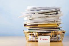 与文件的屑子盘子被堆的上流 免版税库存图片