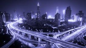 与斑纹紫色光的4k时间流逝繁忙的城市交通在晚上落后 股票录像