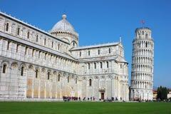 与斜塔的广场dei Miracoli在比萨 免版税图库摄影