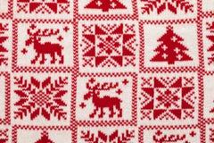 与斯堪的纳维亚圣诞节装饰品的被编织的织品 库存照片