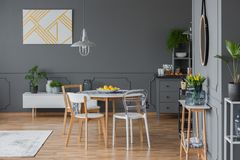 与斯堪的纳维亚样式家具的内部 免版税库存图片