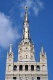 与斯大林主义高层塔的星的光亮的尖顶 免版税库存图片